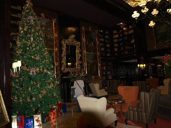 Hotel Geneve Ciudad de Mexico: Xmas tree amd lñibrary in the Lobby