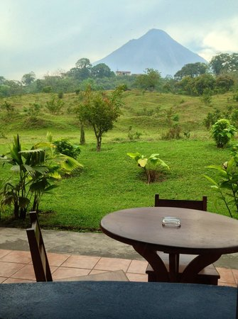 Erupciones Inn Bed And Breakfast: Enchanting view of Arenal from bedroom window.