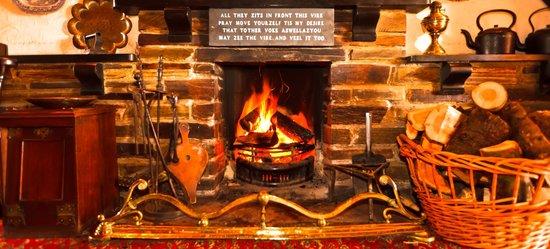 Cornishman Inn Tintagel: snug bar fire