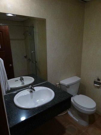 The Khemara Battambang I Hotel: Bloc A - Chambre 315 - Cabinet de toilette