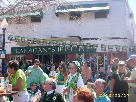 Flanagans Irish Pub: Flanagans is awesome!