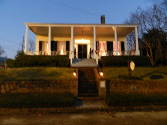 Historic Oak Hill Inn : Dusk out the front