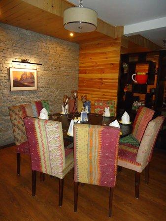 Honeymoon Inn Manali: Sitting Area Adjoining Restaurant