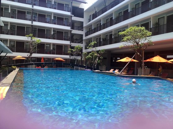 Sun Island Hotel Kuta: pool from balcony pool access