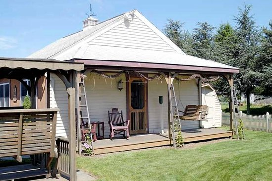 Amish Guest House and Cottage: Cottage Porch