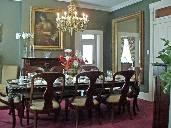 Violet Hill Bed and Breakfast: A gourmet breakfast is served from the Violet Hill Dining room