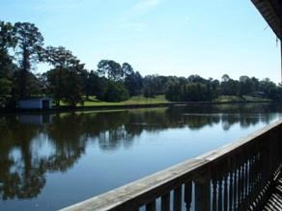 Violet Hill Bed and Breakfast: View of Cane River Lake from Violet Hill boat dock