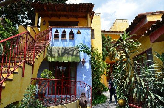 Mis Amores Hotel-Restaurante: Vista del patio interior y la recámara que renté