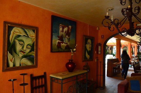 Mis Amores Hotel-Restaurante: Área de restaurante del hotel con área sin techar ¡y hasta un piano!