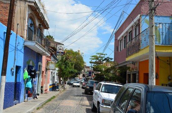Mis Amores Hotel-Restaurante: Calle del hotel que conduce a la plaza principal (a media cuadra del mismo)