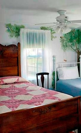 Amish Guest House and Cottage: Guest House Bedroom