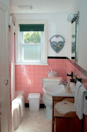 GUEST HOUSE BATHROOM - Picture of Amish Guest House and Cottage ...
