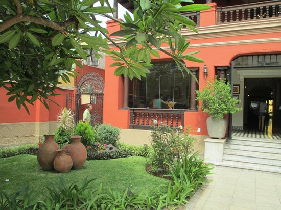Antigua Miraflores Hotel: Front courtyard of hotel