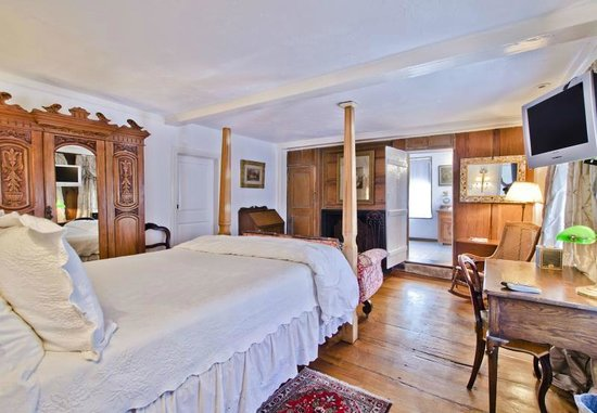 27 Fair Street Inn : Spacious Suite with Original Hardwood