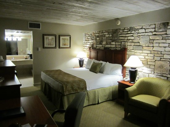 Inn of the Hills Hotel & Conference Center: King Room