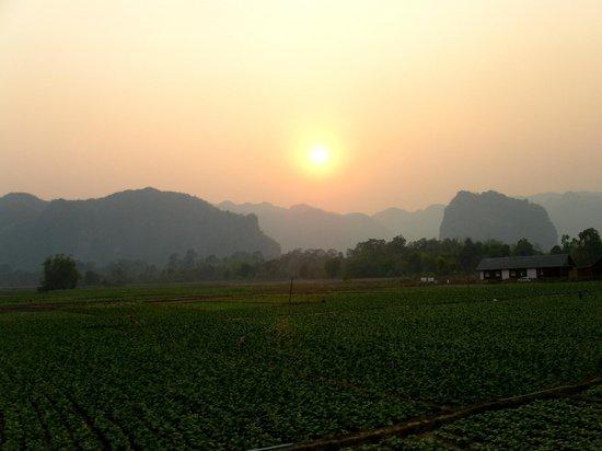 Le coucher du soleil vu de ma chambre picture of chantha house khammouane tripadvisor for Les chombre a coucher