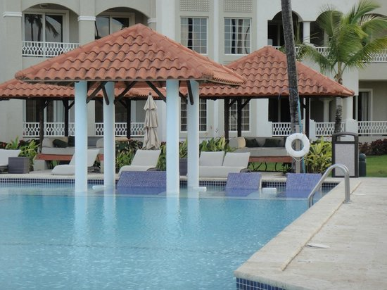 Gran Melia Golf Resort Puerto Rico: Lounges built into pool