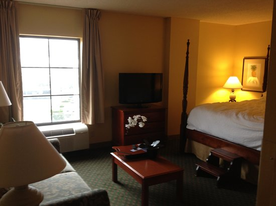 Hampton Inn & Suites Convention Center: bedroom and sofa bed