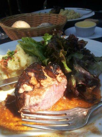Le Rouget de l'Isle: Tournedos Rossini, purée maison et son piment d'Espelette, salade.