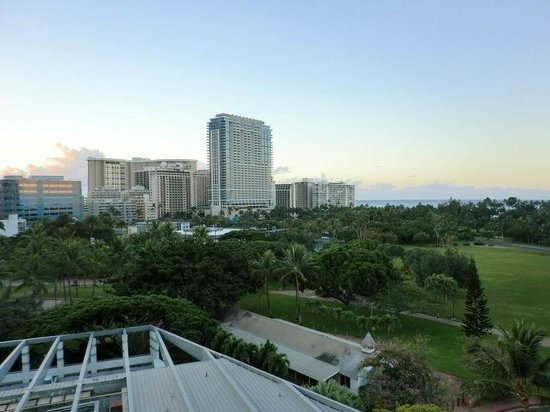 Luana Waikiki Hotel & Suites : View of greenary, ocean and hotels