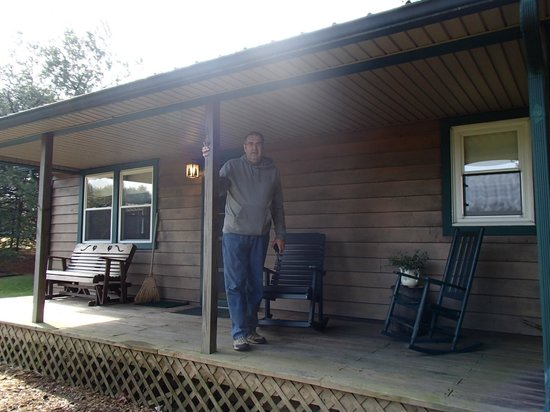 Laurelville, Οχάιο: Standing on the front porch of our cabin