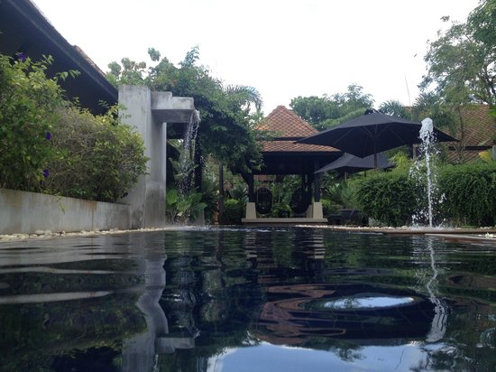 โรงแรมมนตรา: Lovely pool surrounding all villas