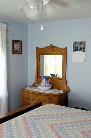 Amish Guest House and Cottage : Guest House Bedroom