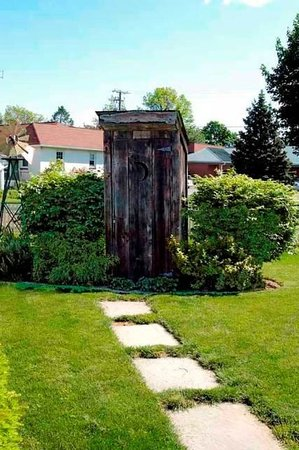 Amish Guest House and Cottage: Outhouse (not in use)