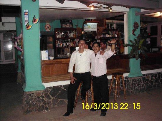 Bar Y Restaurante Zona X: los meseros atienden excelente