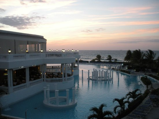 Grand Palladium Jamaica Resort & Spa: Sunset over the infinity pool (main pool) and Caribbean