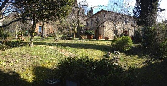 Affittacamere Maria Gabriella: panoramica casetta e casa principale