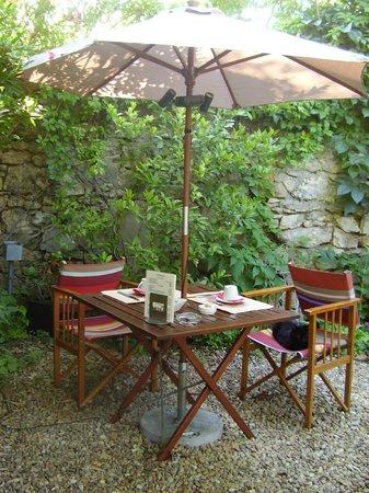 Hotel des Arceaux: petit déjeuner en terrasse