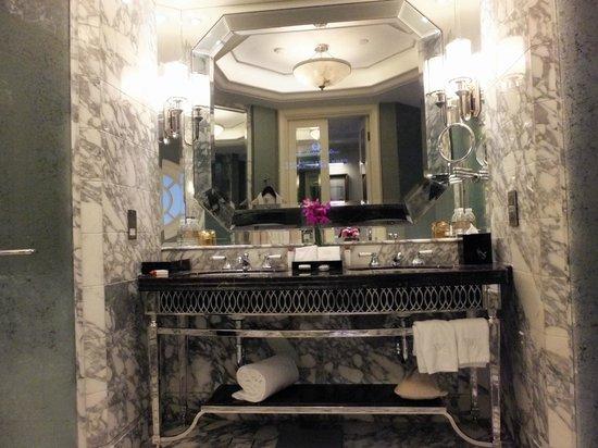 Waldorf Astoria Shanghai on the Bund: Gorgeous bathroom