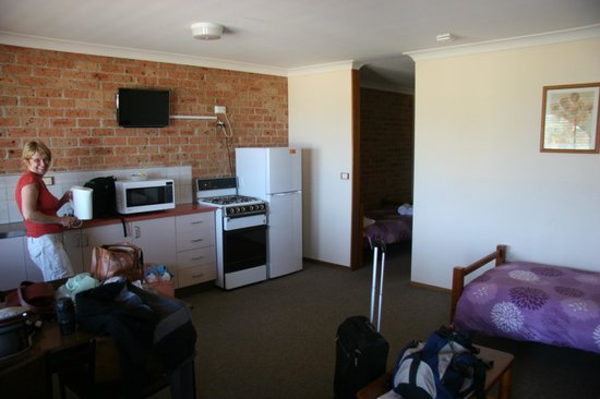 Malua Bay Motel: Kitchen and dining room