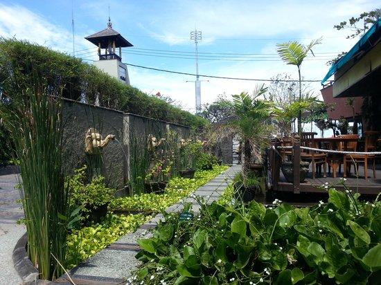 Alam KulKul Boutique Resort: Alam kulkul entrance & cafe