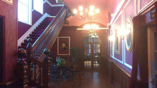 Royal Exeter Hotel: Entrance Hall - Staircase to rooms