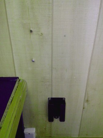 Hôtel Stars Lyon Bron : Des vis dans le mur... Il devait y avoir qqch avant mais quoi?