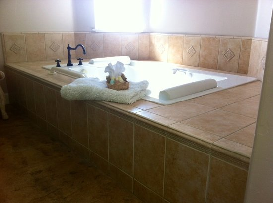 Cayucos Sunset Inn: Our relaxing jacuzzi bath