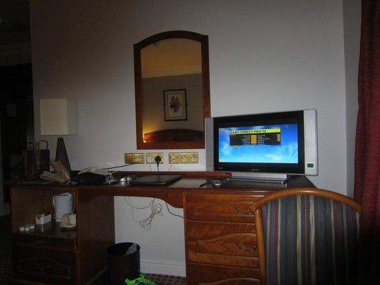 Cassidys Hotel: dressing table and tv