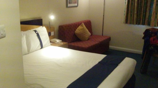 Holiday Inn Express London Gatwick-Crawley: Clean bedding