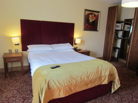 Kettles Country House Hotel: large comfy bed