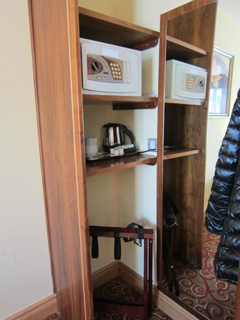 Kettles Country House Hotel: safe and wardrobe area