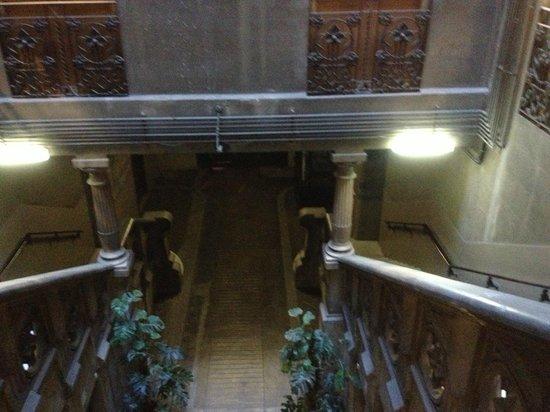 Hostal Girona: Hall with huge stairs