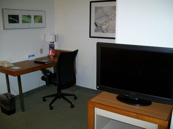 SpringHill Suites Orlando Convention Center/International Drive Area: Desk area and second large TV