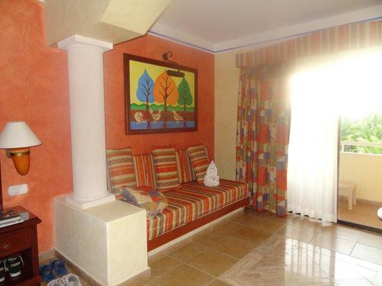 Grand Bahia Principe Coba: Coin salon de la chambre