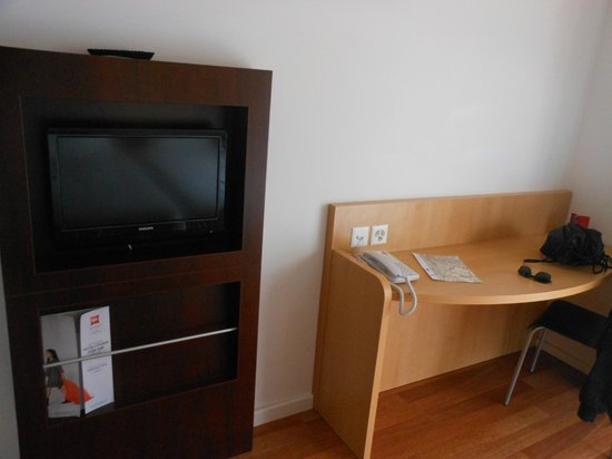 ibis Zurich Messe Airport: 2