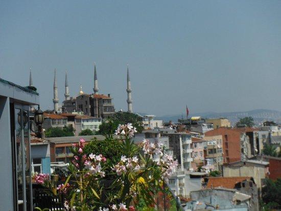 Aziyade Hotel: vue de la terrasse sur le toit à tous les matins/possibilité de manger dehors