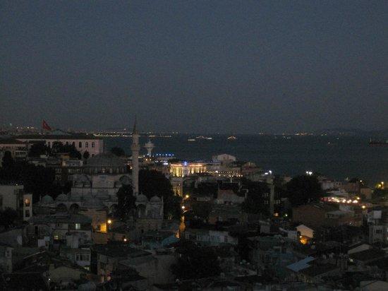 Aziyade Hotel: vue de l'hotel le soir