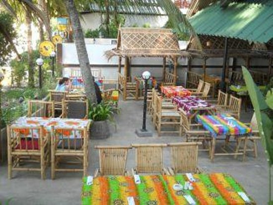 Mamma Mia Grill & Restaurant Kamala: Outdoor seating by the beach.
