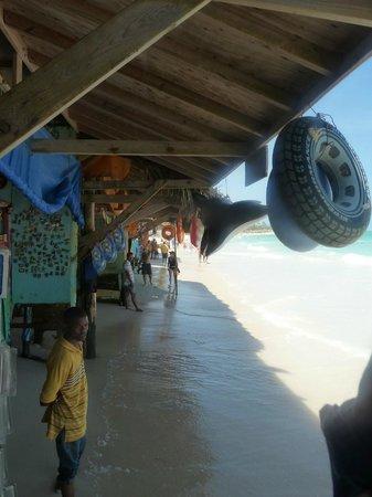 Tropical Princess Beach Resort & Spa: petits commerce sur la plage